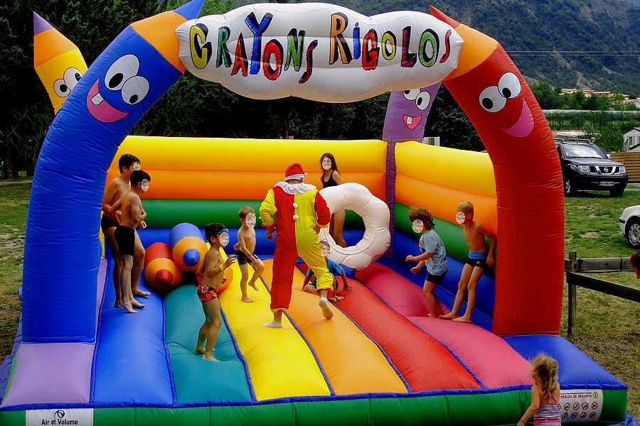 Chateau gonflable pour les petits au camping du lac à Curbans