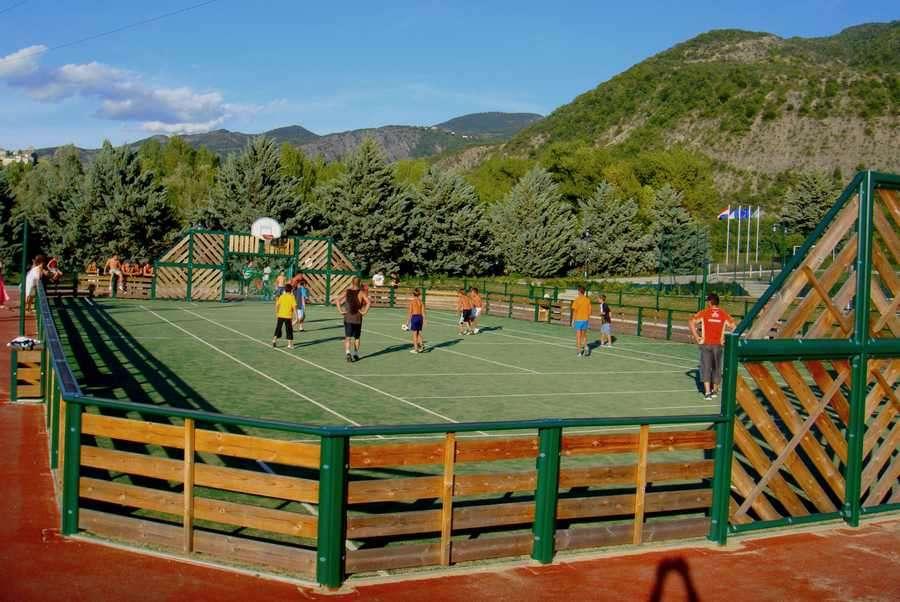 Stade multisports au camping du lac à Curbans