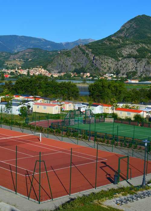 Terrain de tennis et multisports au camping du lac à Curbans