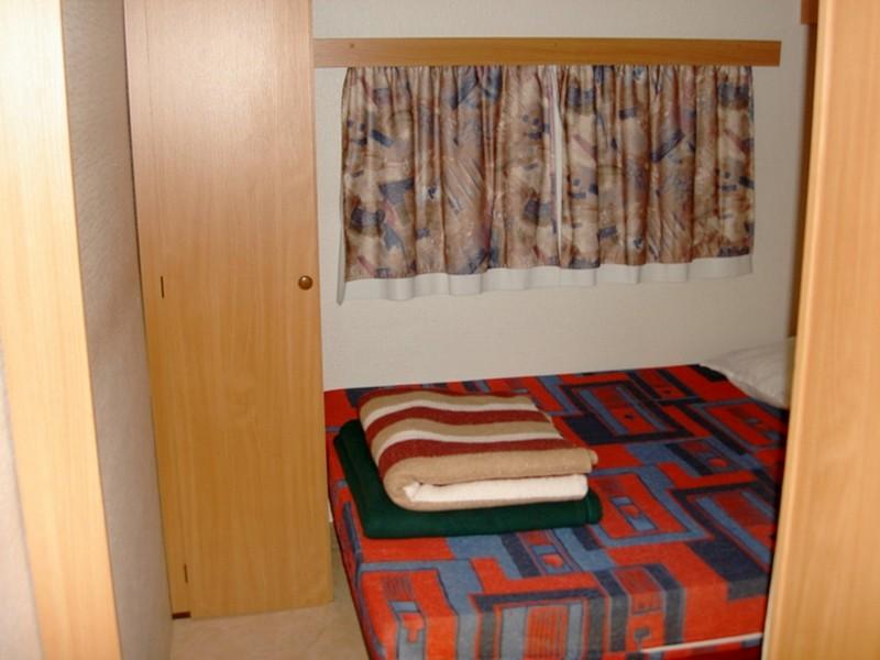 Location de caravane Conviviale avec chambre parent au camping du lac à Curbasn
