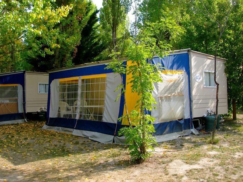 Location de caravane Conviviale au camping du lac à Curbans