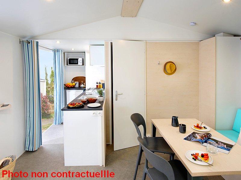 La pièce de vie du mobil home Premium 2 chambres au camping du Lac à Curbans dans les Alpes du Sud