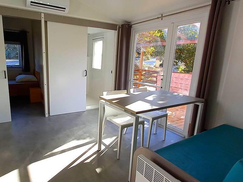 Mobil home Premium pmr 2 chambres coin salon et repas au camping du Lac à Curbans