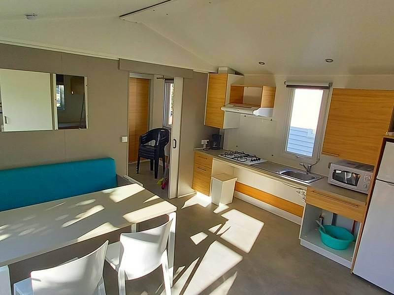 De woonkamer van de Premium PMR-stacaravan met 2 slaapkamers op camping Lac in Curbans in de Zuidelijke Alpen