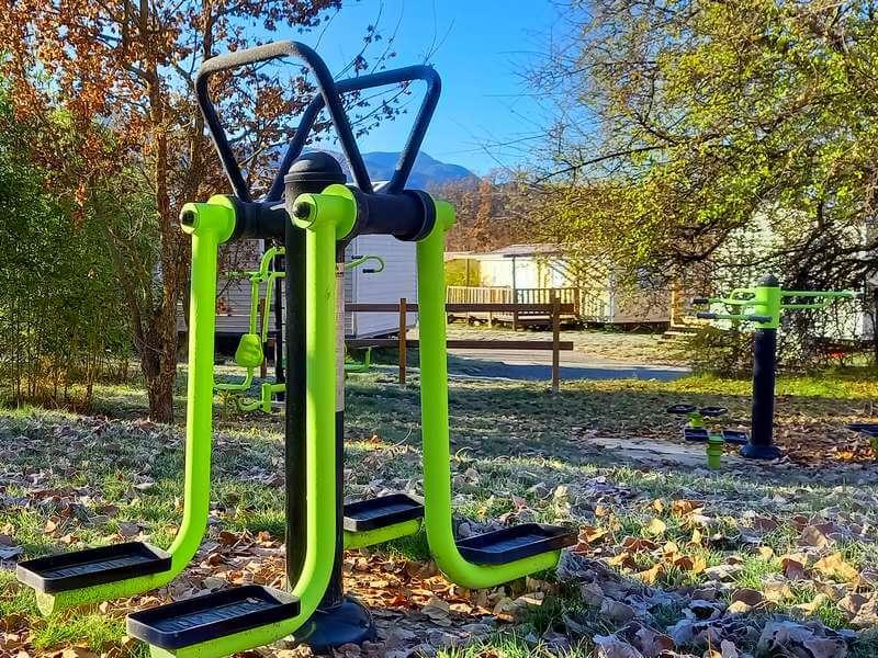 De uitrusting van de fitnessruimte op camping Lac à Curbans