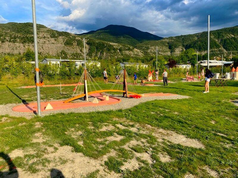 Aanleg van een minigolfbaan met 18 banen op camping Lac à Curbans